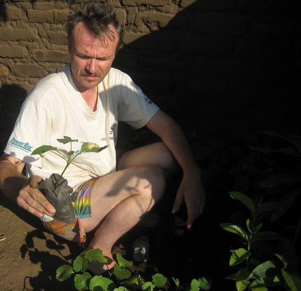 Active Aid in Africa in Ngona mit einem Aufforstungsspezialisten vor Ort: Thoralf Stark