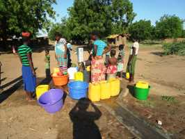 Active Aid in Africa, Malawi, Reparatur am Brunnen